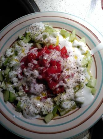 Ensalada de pepino, tomate y yogur de cabra